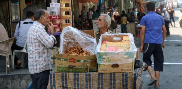 Sírios aproveitam trégua para comprar e vender produtos em Aleppo, na Síria