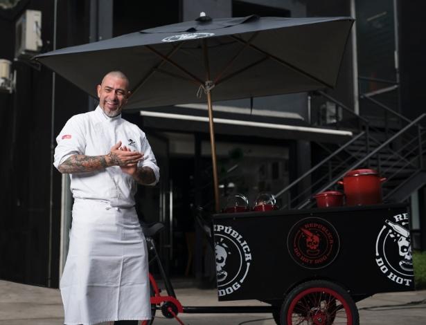 Chef Fogaça em frente à food bike da República do Hot Dog, sua nova marca