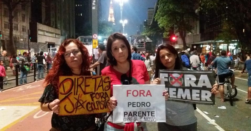 18.set.2016 - professoras Ana Paula Nascimento, Veruska Moura e Daniela Dias Carvalho, que vieram de Santos, na Baixada Santista, participam do protesto por novas eleições e