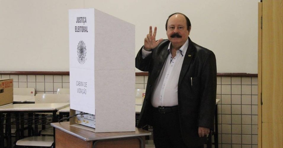 2.out.2016 - Candidato a prefeito, Levy Fidelix (PRTB) votou na região do Brooklin, na zona sul de São Paulo, por volta das 11h. Ele foi acompanhado de sua filha e candidata a vereadora, Livia Fidelix