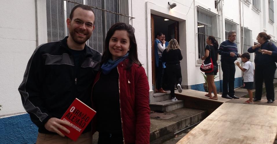 2.out.2016 - O casal de jornalistas Diego Mattoso, 31, e Lilian Silva, 31, aproveita votação para conhecer o compositor Chico Buarque. Eles aguardam o artista em colégio na Gávea, na zona sul da cidade, próximo à favela da Rocinha, onde Chico vota
