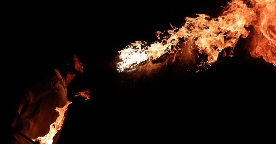 21.out.2016 - Homem cospe fogo durante a