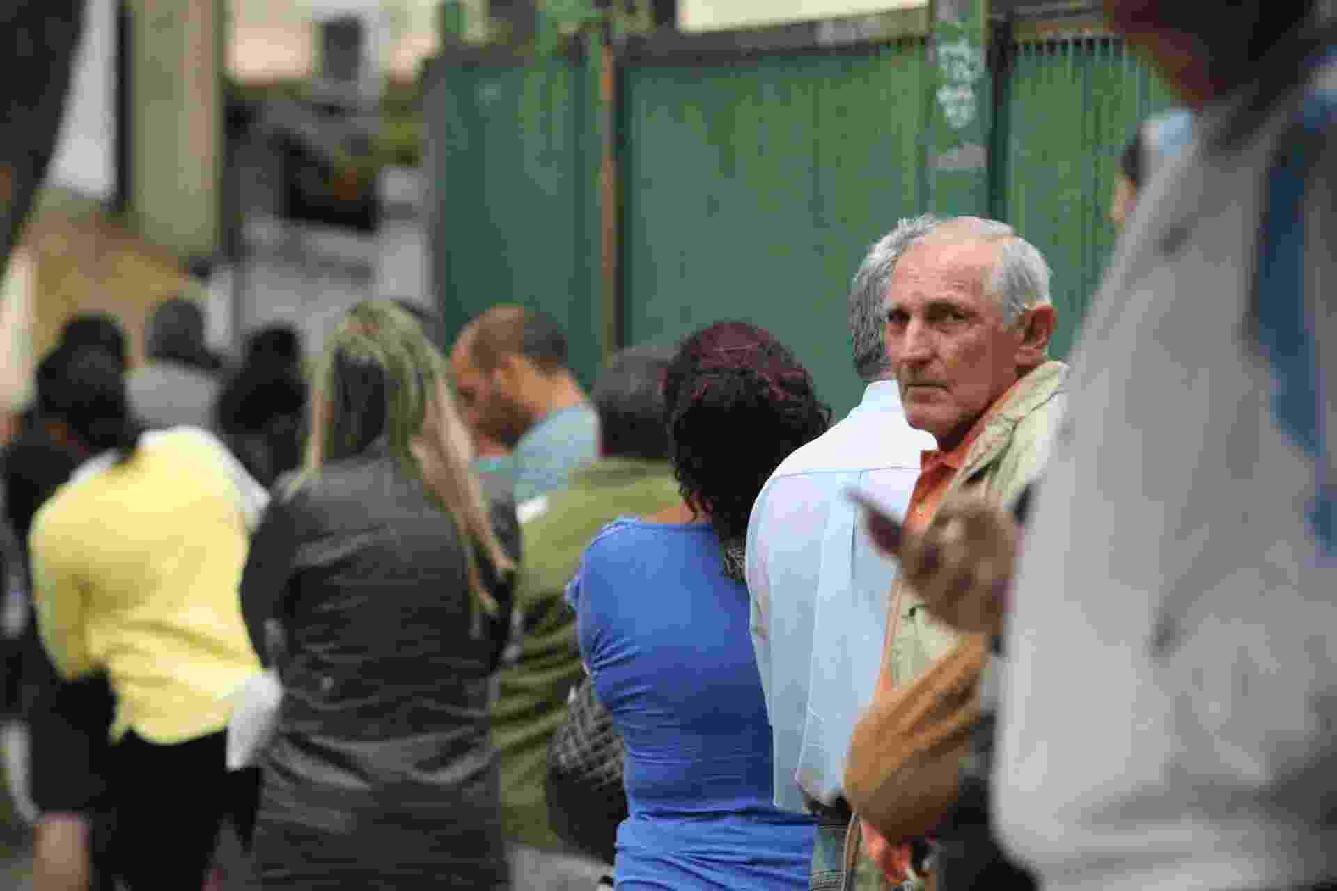 30.out.2016 - Eleitores aguardam na fila a abertura dos portões na Universidade de Guarulhos (UNG), na Grande São Paulo, para votarem no segundo turno das eleições municipais. Os candidatos Guti (PSB) e Eli Correa Filho (DEM) disputam o cargo de prefeito no município - Werher Santana/Estadão Conteúdo