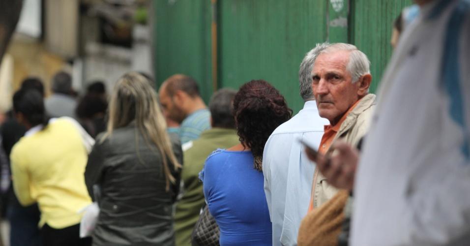 30.out.2016 - Eleitores aguardam na fila a abertura dos portões na Universidade de Guarulhos (UNG), na Grande São Paulo, para votarem no segundo turno das eleições municipais. Os candidatos Guti (PSB) e Eli Correa Filho (DEM) disputam o cargo de prefeito no município