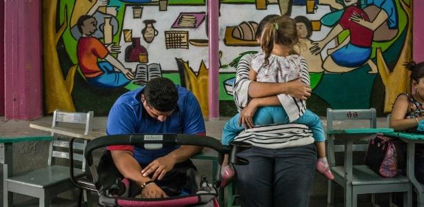 Família de imigrantes de El Salvador em um abrigo na Cidade do México