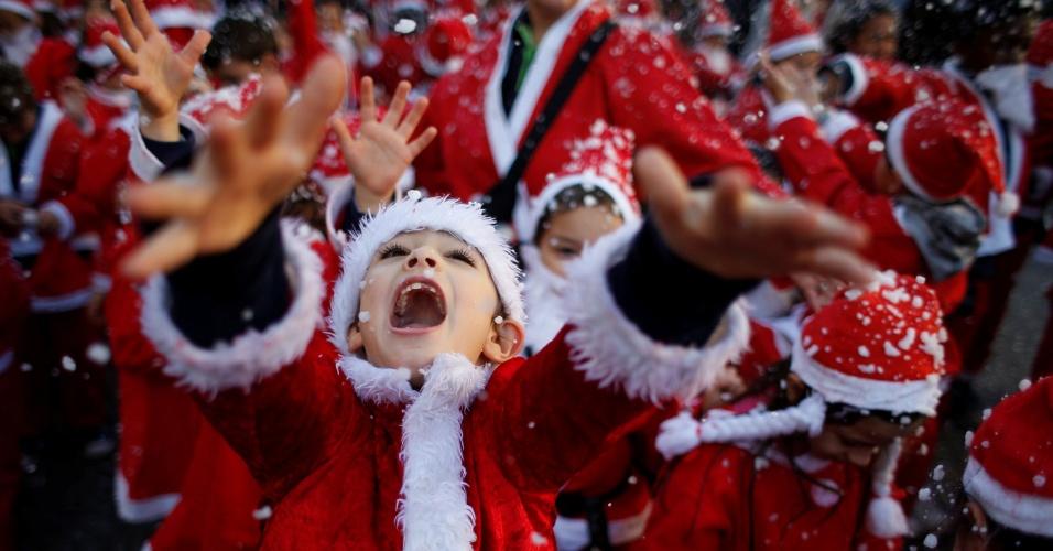 12.dez.2016 - Crianças vestidas como Papai Noel participam de desfile realizado para coletar alimentos para os necessitados, em Lisboa (Portugal)