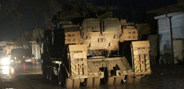 Veículo militar turco circula na cidade de al-Rai, ao norte de Aleppo, na Síria