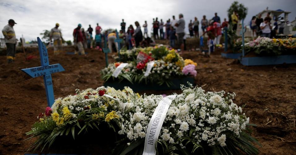 4.jan.2017 - Flores cobrem túmulo de preso, vítima da rebelião no Compaj, sepultado nesta quarta-feira (4) em Manaus