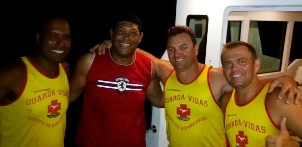 O pastor evangélico Valdemiro Santiago (com camisa vermelha) posa para foto ao lado de homens do Corpo de Bombeiros após ser resgatado