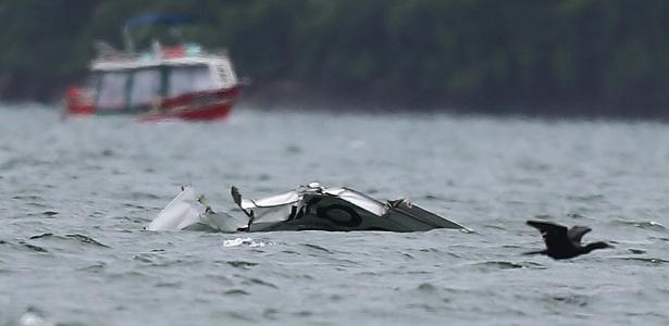 Destroços do avião que caiu no mar na quinta-feira (19), matando o ministro do STF Teori Zavascki e mais quatro pessoas, são vistos perto da Ilha Rasa, em Paraty (RJ)