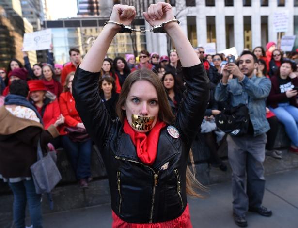 Mulher é detida ao participar de protesto contra Trump em Nova York