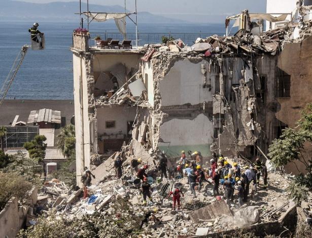7.jul.2017 - Equipes de resgate buscam por sobreviventes em meio a escombros de desabamento em Torre Annunziata, próximo a Nápoles, na Itália