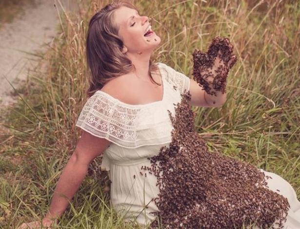 A apicultora Emily Mueller celebrou a sua quarta gravidez tirando fotos coberta com abelhas