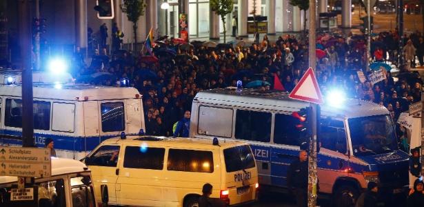 24.set.2017 - Polícia alemã bloqueia rua em frente a manifestantes contrários ao partido anti-imigração para a Alemanha (AfD), depois das eleições legislativas do país