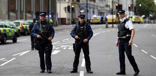 7.out.2017 - Policiais cercam área do Museu de História Natural, em Londres