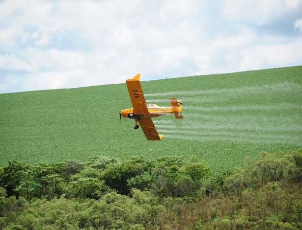 Avião espalha agrotóxico sobre plantação - Repórter Brasil