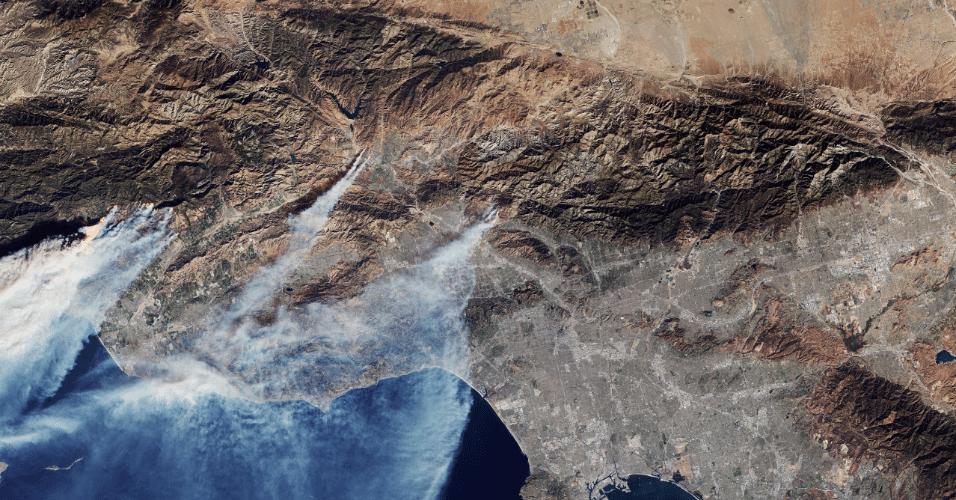 8.dez.2017 - Fumaça provocada por incêndio florestal de grande escala em Los Angeles, na Califórnia (EUA), é vista da Estação Espacial Internacional. Milhares de pessoas tiveram que deixar suas casas por causa do fogo, que tem se alastrado rapidamente pela região. O ano de 2017 tem sido o mais letal pelos incêndios florestais no Estado norte-americano