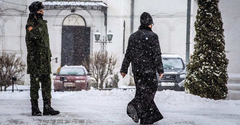 5.jan.2018 - Um padre da Igreja Ortodoxa caminha sob a neve em Kolomna, cerca de 100 km ao sul de Moscou
