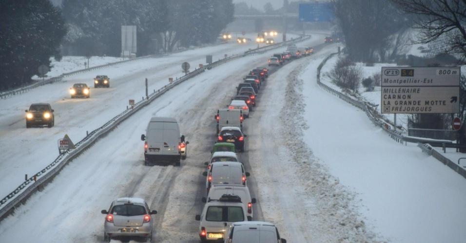 28.fev.2018 - Tráfego de veículos sob neve em rodovia próxima na cidade francesa de Montpellier, no sul do país