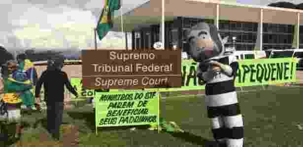 22.mar.2018 - Manifestantes contra o ex-presidente Lula também realizam ato em frente ao STF (Supremo Tribunal Federal) com pixuleco e cartazes - Kleyton Amorim/UOL - Kleyton Amorim/UOL