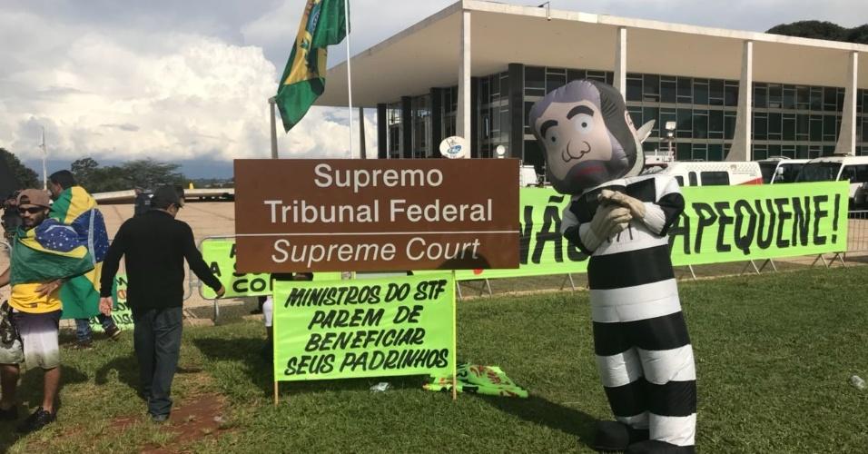 22.mar.2018 - Manifestantes contra o ex-presidente Lula também realizam ato em frente ao STF (Supremo Tribunal Federal) com pixuleco e cartazes