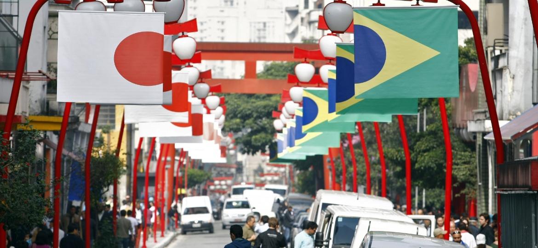 Bandeiras do Japão e do Brasil adornam o bairro da Liberdade, em São Paulo, que será cenário da nova série da Netflix - Almeida Rocha / Folhapress