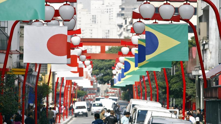 Bandeiras do Brasil e do Japão no bairro da Liberdade, tradicional reduto japonês na cidade de São Paulo - Almeida Rocha / Folhapress