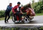 Sem remédio, nem dinheiro, venezuelano vai até a Colômbia de cadeira de rodas por tratamento - AFP