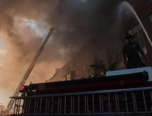 No momento em que o homem de 74 foi encontrado, trabalhadores verificavam a integridade estrutural do edifício, que havia desabado parcialmente - Divulgação/Gabinete do Prefeito de Washington