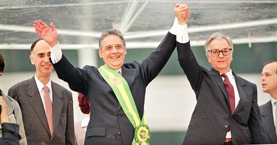 Fernando Henrique Cardoso com a faixa presidencial durante sua posse. Ao lado, o ex-presidente Itamar Franco, no parlatório