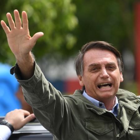28.out.2018 - Jair Bolsonaro acena para apoiadores no Rio - Mauro Pimentel/AFP