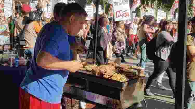 """Alejandro Rodriguez diz vender uma média de 60 sanduíches por marcha: """"Eu venho a todas as manifestações já faz vários anos"""" - Luciana Rosa/UOL - Luciana Rosa/UOL"""
