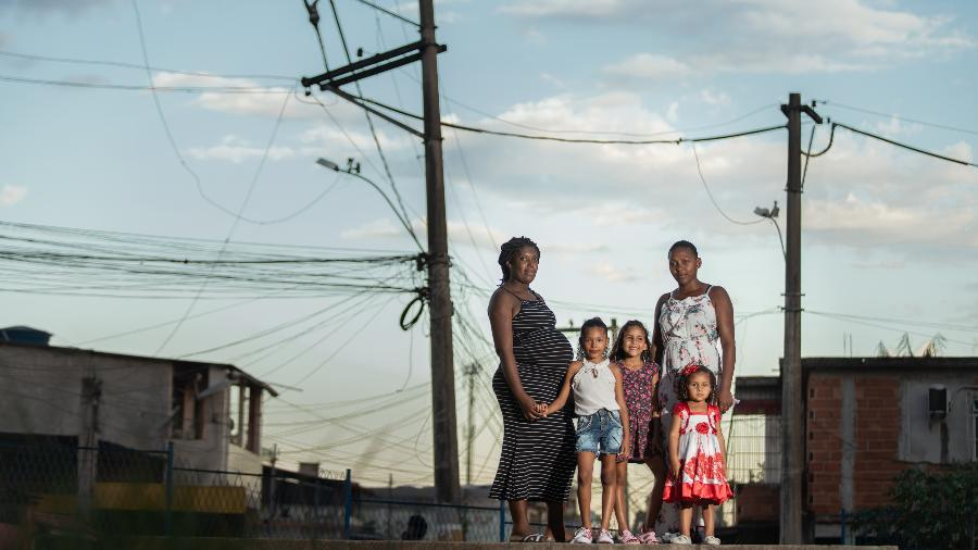 Tais Cristina Barros Cipriano, acompanhada da irmã, Lais Cristina, e as crianças com problemas alérgicos - Ricardo Borges/UOL