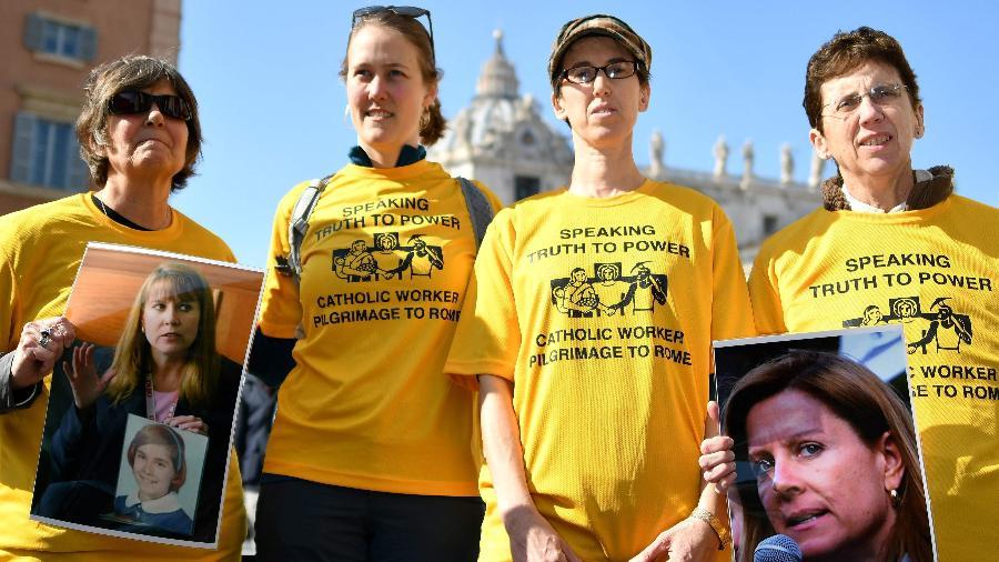21.fev.2019 - Membros do Ending Clergy Abuse (ECA), uma organização global de proeminentes sobreviventes e ativistas que estão em Roma para a cúpula papal desta semana, exibem fotos de Barbara Blaine, fundadora e presidente da Rede de Sobreviventes dos Abusados por Sacerdotes (SNAP) - Alberto Pizzoli/AFP
