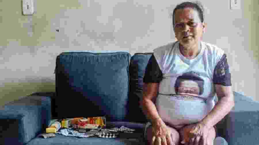 Josilene, que espera desde janeiro por resposta do INSS, precisa de R$ 400 por mês só para os remédios - Matheus Melo/BBC