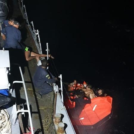 14.jun.2019 - Navio da Marinha resgata homens que ficaram naufragados por 13h - Marinha do Brasil