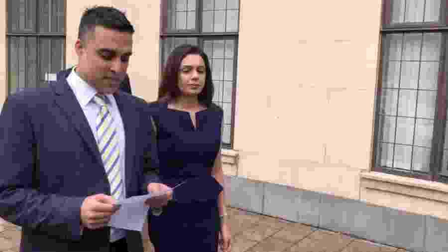 Sandeep e Reena Mander leem discurso após ganharem indenização por terem um pedido de adoção negado por causa da descendência indiana - Reprodução/Twitter/Adina Campbell