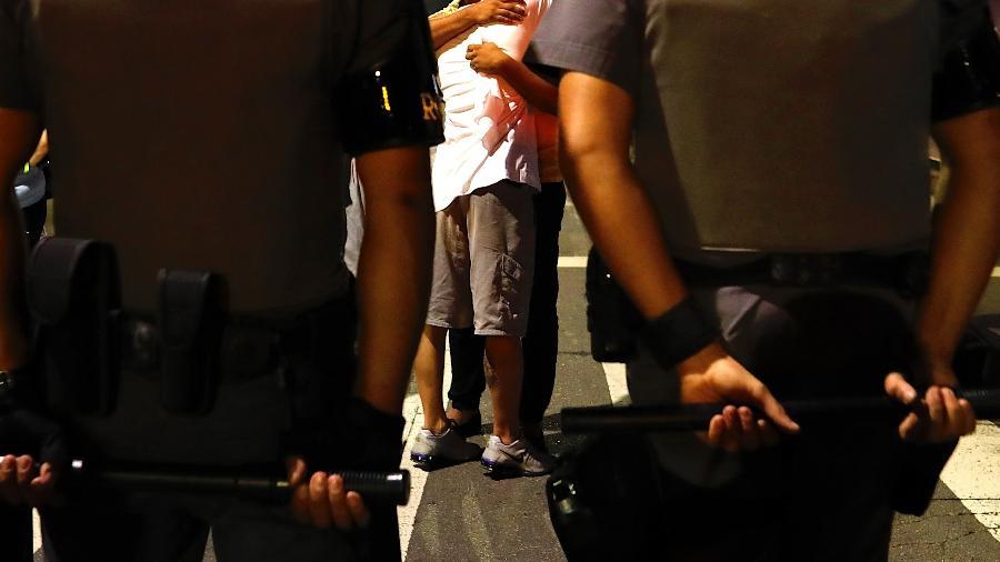 04.dez.2019 - Familiares se abraçaram ao cobrar justiça pelo nove mortos em um baile funk de Paraisópolis - Marcelo Chello/CJPress/Estadão Conteúdo