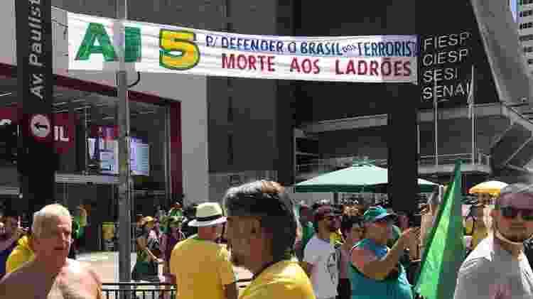 Faixa a favor da ditadura é exibida em protesto na Avenida Paulista, em São Paulo - Breno Castro Alves/Colaboração para o UOL - Breno Castro Alves/Colaboração para o UOL