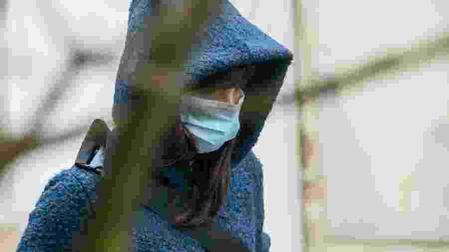 Mulher usa máscara para se proteger do coronavírus em Portugal - Horacio Villalobos#Corbis/Corbis via Getty Images