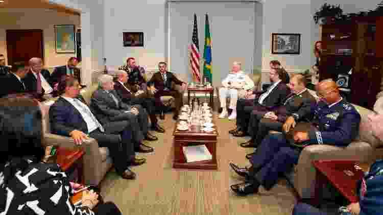 Trad, 1º à esquerda sentado no sofá, afirma que crítica de Eduardo Bolsonaro à China foi, 'no mínimo, um pouco fora de propósito', mas considera o episódio superado - Alan Santos/PR - Alan Santos/PR