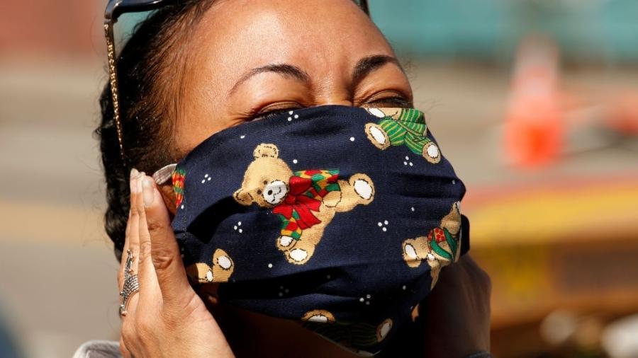 """Criadora e CEO da Fundação """"Ame seu vizinho"""", Haley usa uma máscara caseira e feita de pano como forma de proteção ao coronavírus - Genaro Molina/Los Angeles Times/Getty Images"""
