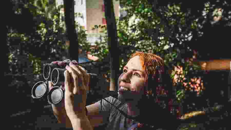 01.jul.2020 - A bióloga Daniela Maia, de 33 anos, instalou um comedouro e um bebedouro de aves no terreno do condomínio em que vive, na Vila Ipojuca, na zona oeste da cidade de São Paulo - Valéria Gonçalvez/Estadão Conteúdo