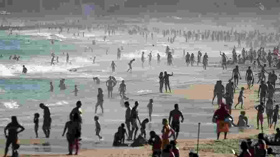 8.jul.2020 - Banhistas em praia no Rio de Janeiro durante a pandemia de covid-19 - Ricardo Moraes