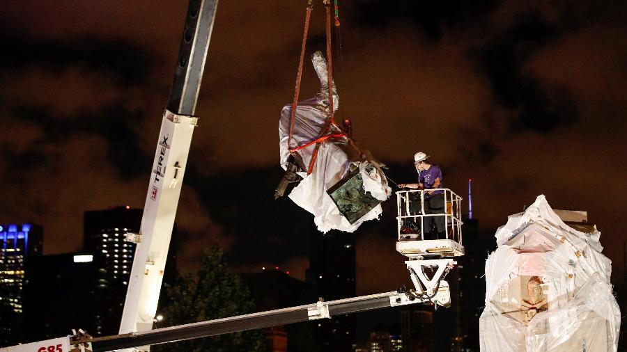 Estátua de Cristóvão Colombo é removida de parque em Chicago - KAMIL KRZACZYNSKI/REUTERS