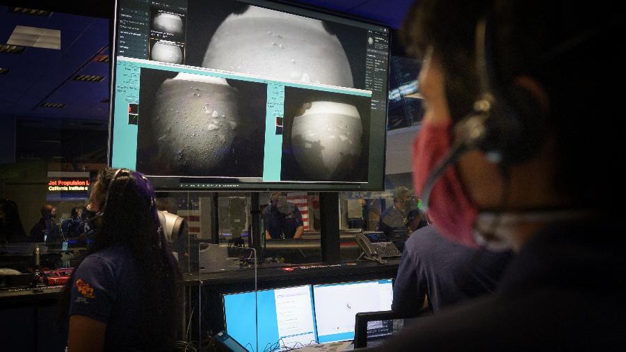 Integrantes da equipe da Nasa responsável pelo robô Perseverance observam as primeiras imagens enviadas após pouso em Marte, nessa quinta-feira, 18 de fevereiro - Bill Ingalls/ Nasa