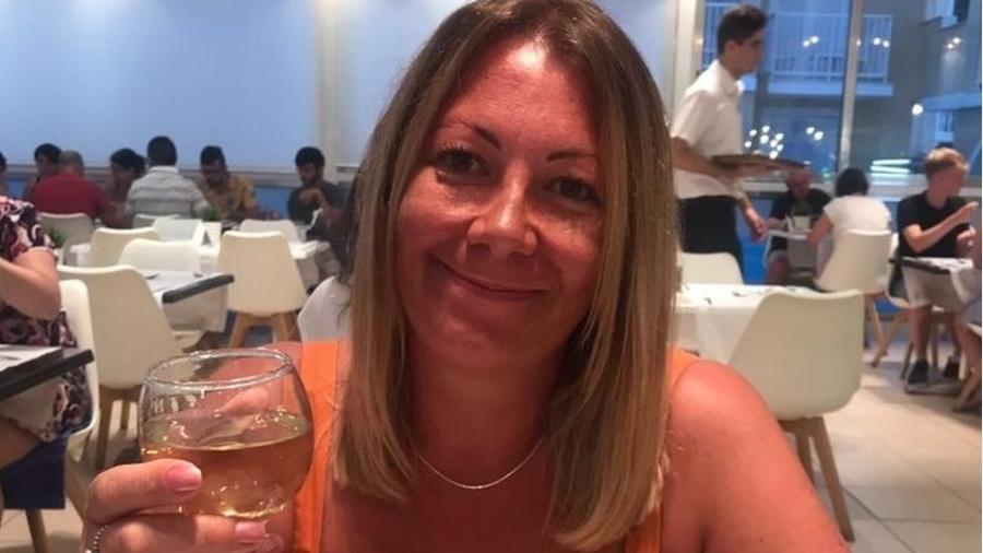 Clare Freer sofre de parosmia há sete meses e tudo tem um gosto nojento. Nesta foto, quando a comida e o vinho ainda eram agradáveis para ela - Arquivo pessoal