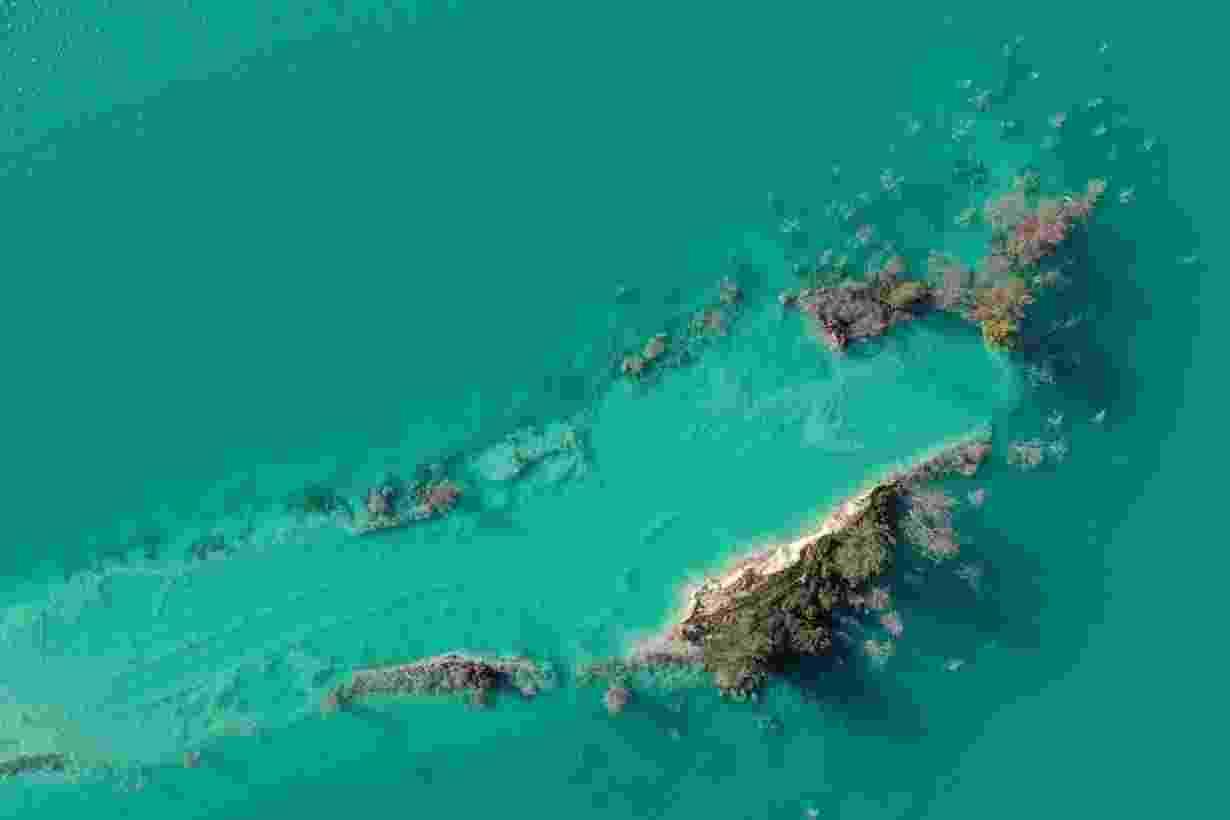 24.fev.2021 - Foto feita com drone mostra árvores apodrecidas em lago na província de Mugla, na Turquia. O lago contém metais pesados como selênio, cádmio, níquel, cobre e zinco, que vazam para os lençóis freáticos que irrigam a agricultura local - Umit Bektas/Reuters