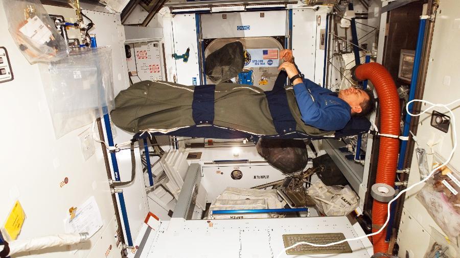 Astronauta da ESA Paolo Nespoli dorme na Estação Espacial Internacional  - Divulgação/ESA