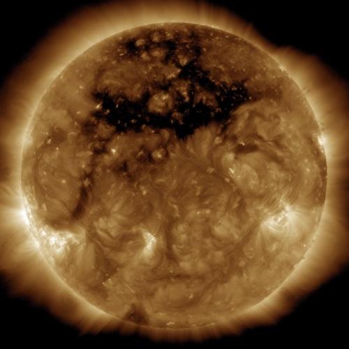 BURACO CORONAL - A mancha preta nesta imagem do sol é o